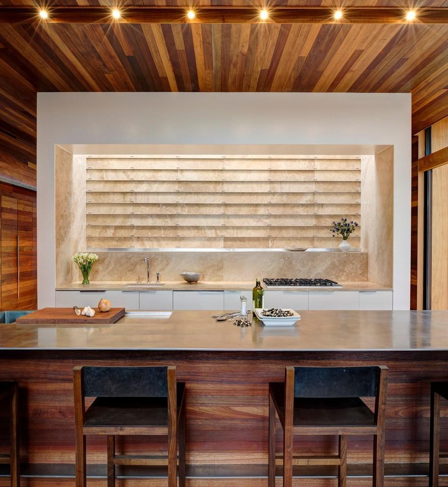 Бежевые широкие горизонтальные жалюзи на кухне