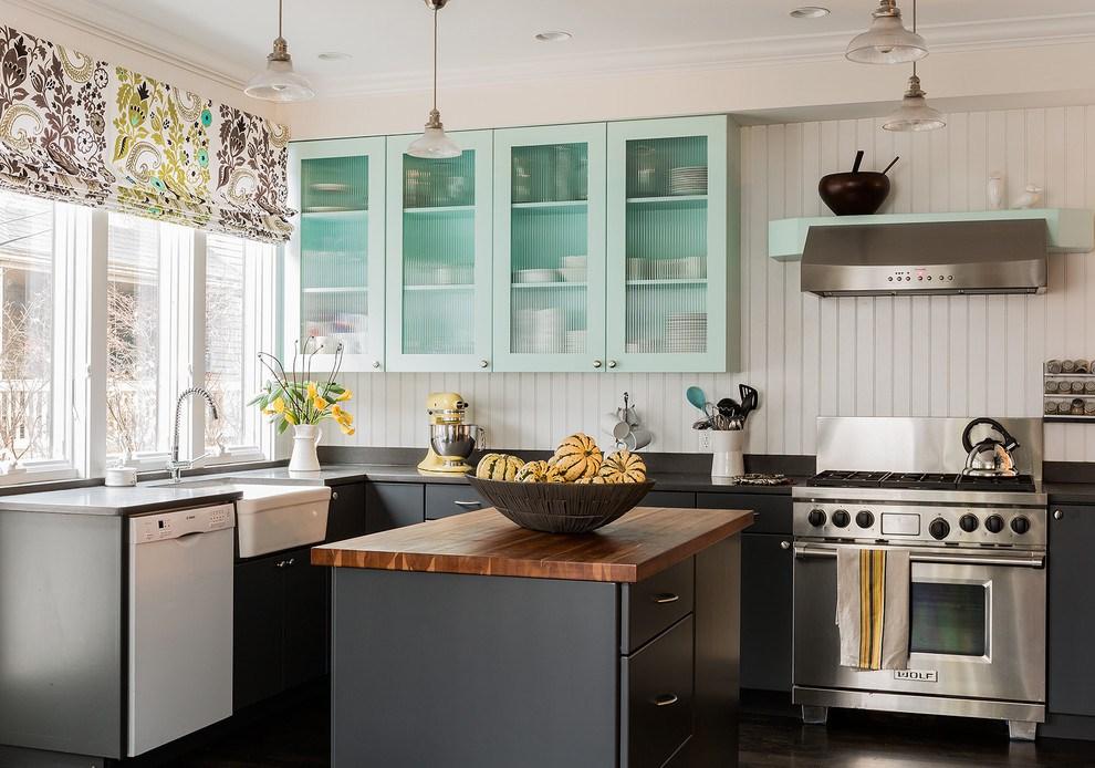 Тканевые красивые римские шторы на кухне
