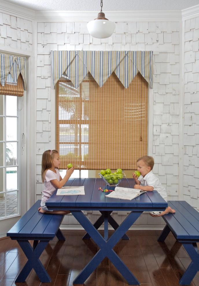 Коричневые римские шторы на кухне