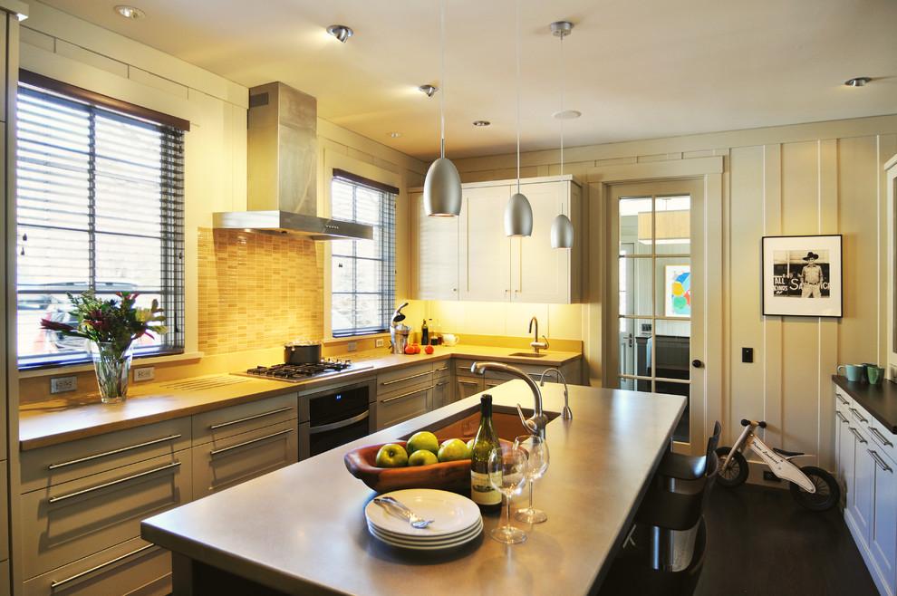 Темные горизональные жалюзи на кухне