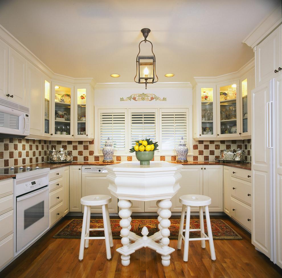 Белые жалюзи в небольшой кухне