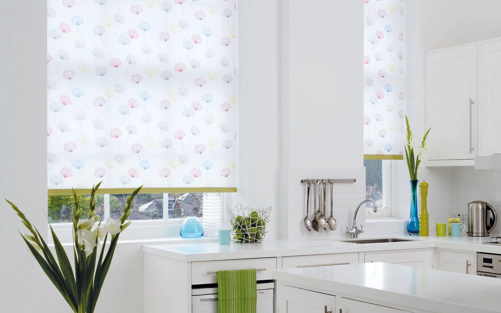 Светлые рулонные шторы на кухне