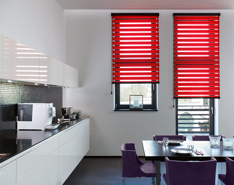 Окна с красными жалюзи на кухне