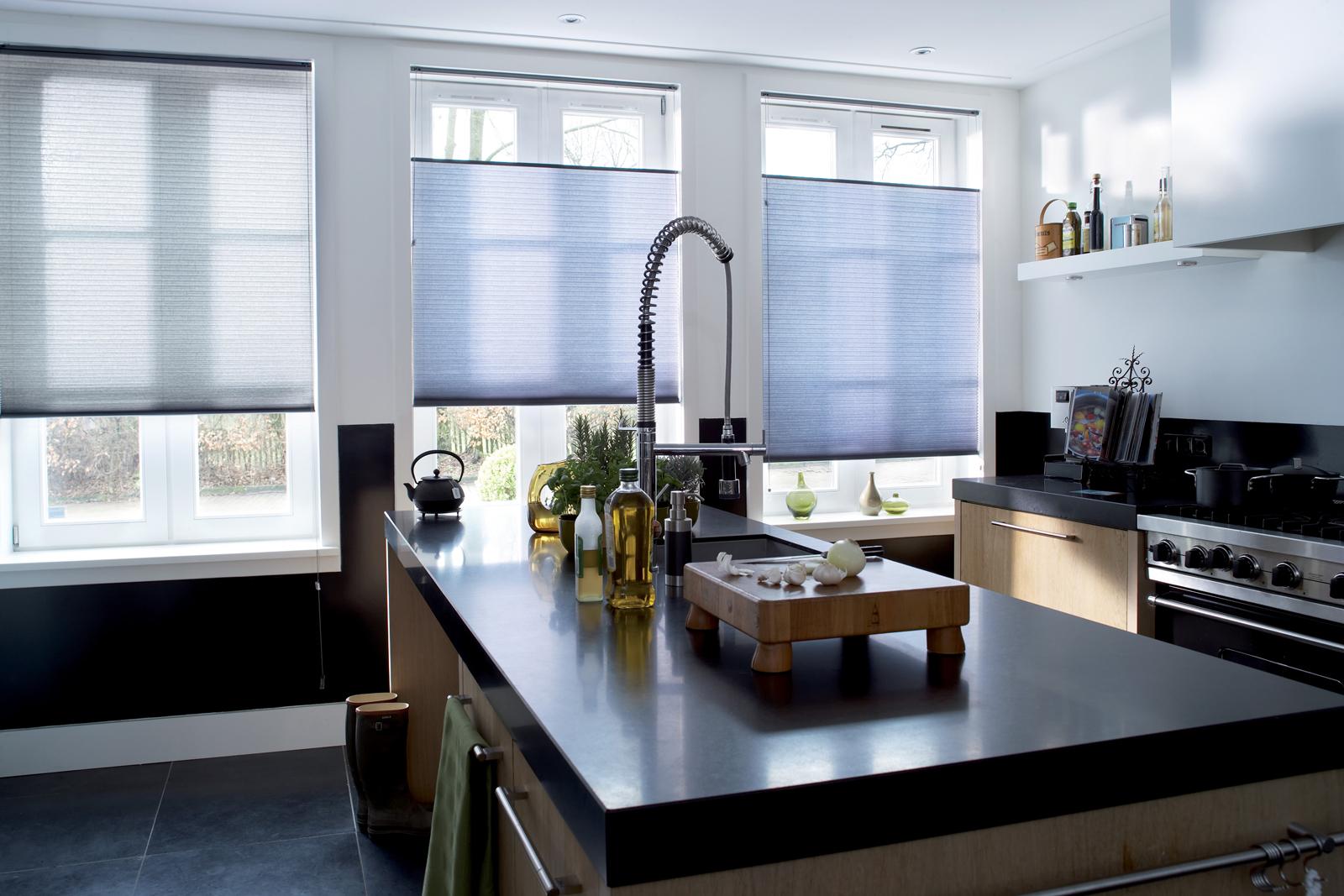 Синие горизонтальные жалюзи в большой кухне