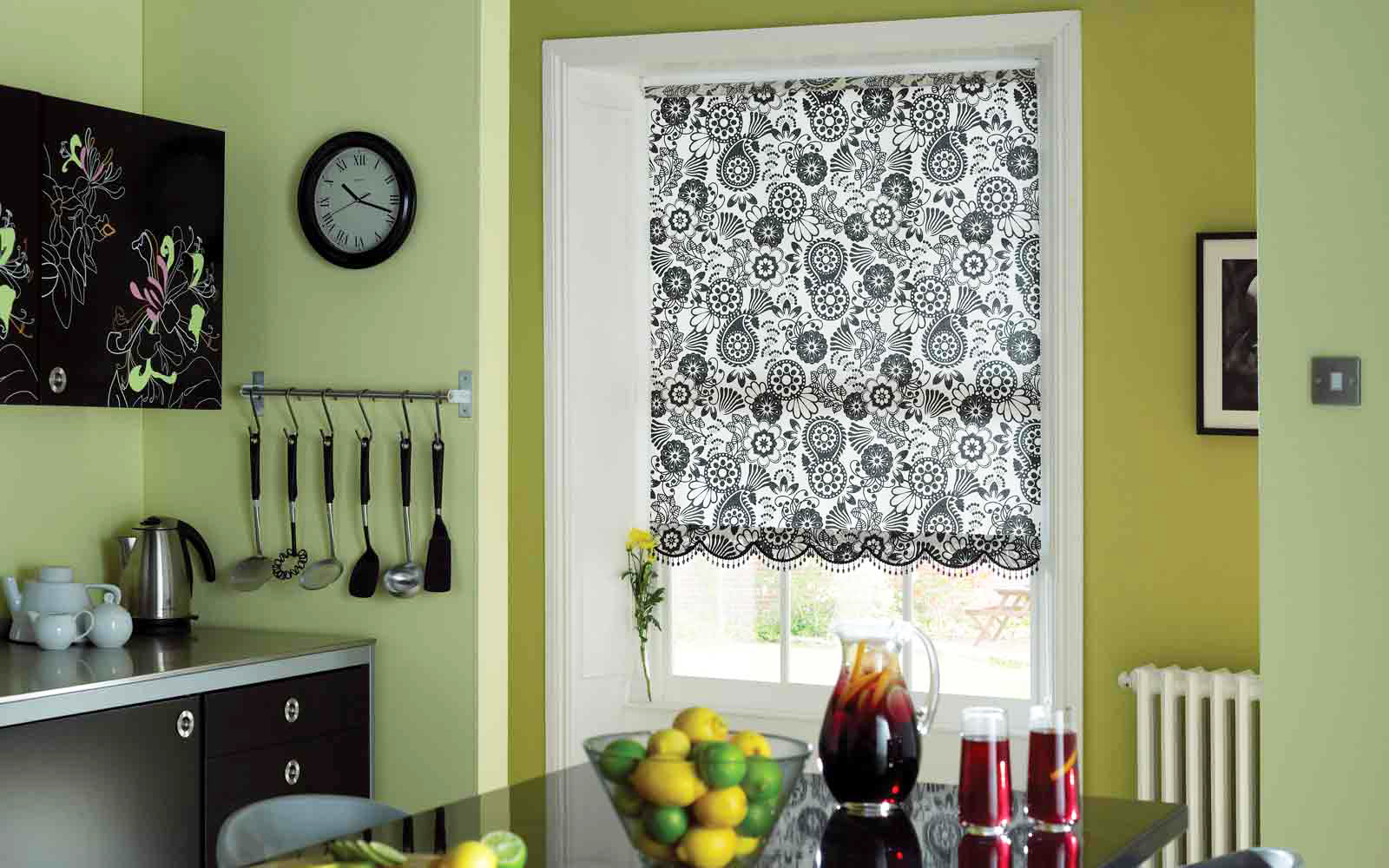 Черно-белые рулонные шторы с узором на кухне