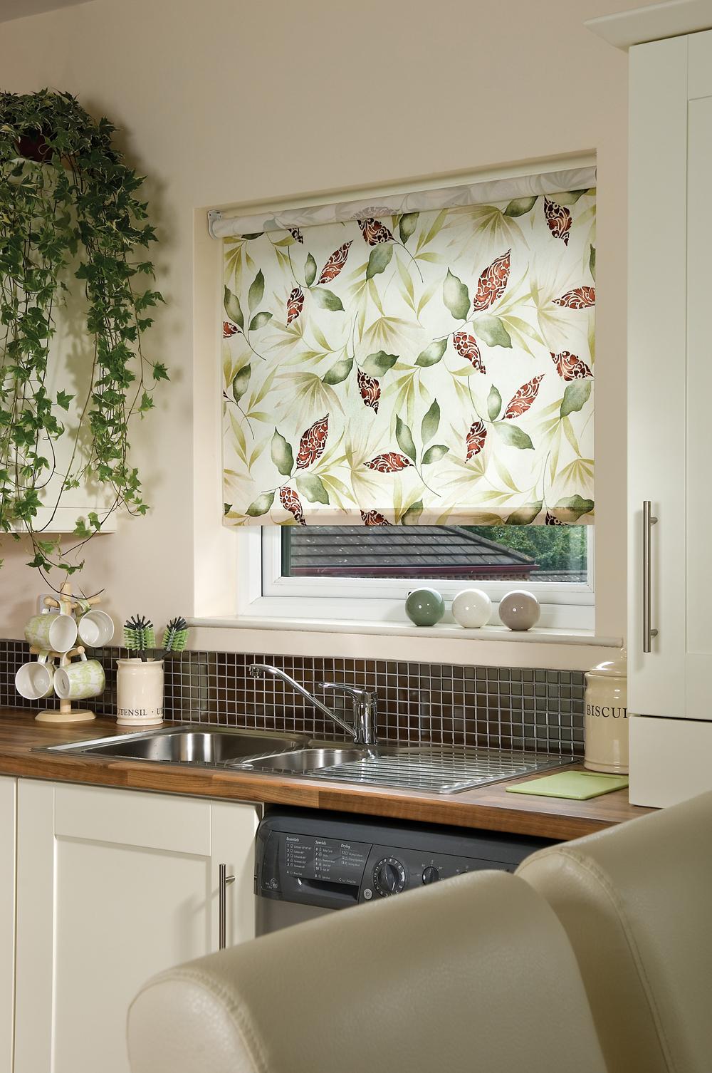 Рулонные шторы в зеленых тонах на кухне