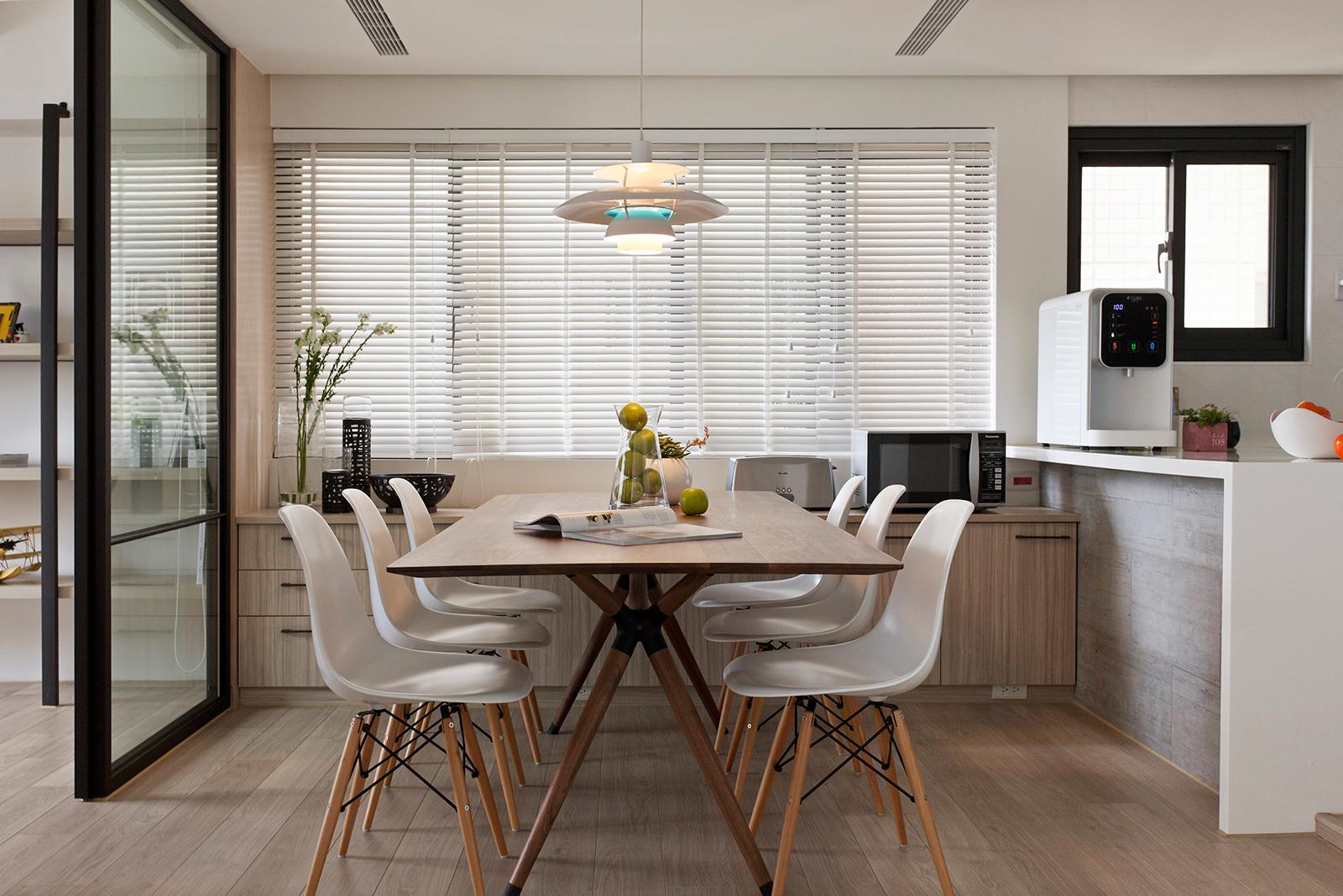 Белые жалюзи на большое окно на кухне-столовой