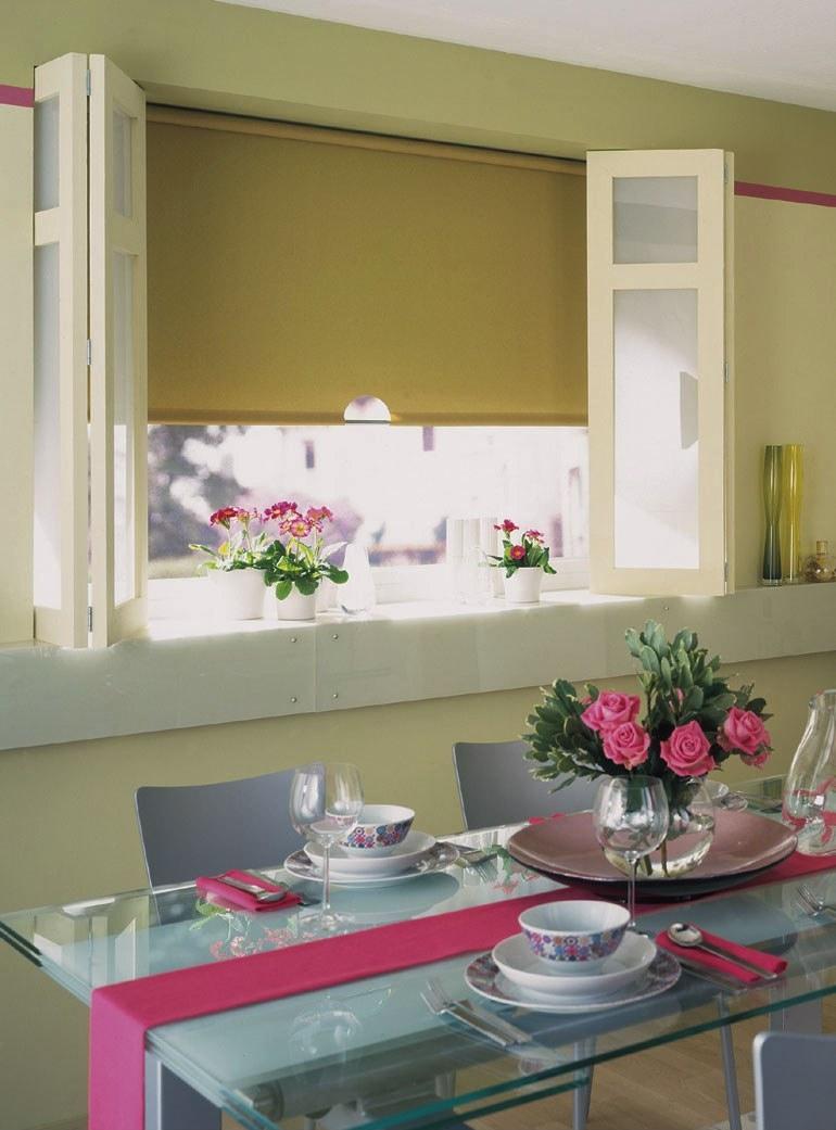Оливковые рулонные шторы на кухне