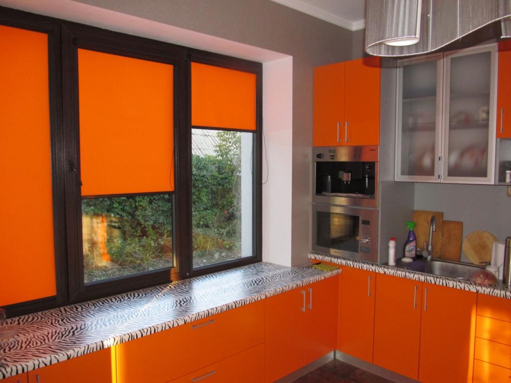 Красные жалюзи-шторы на кухне