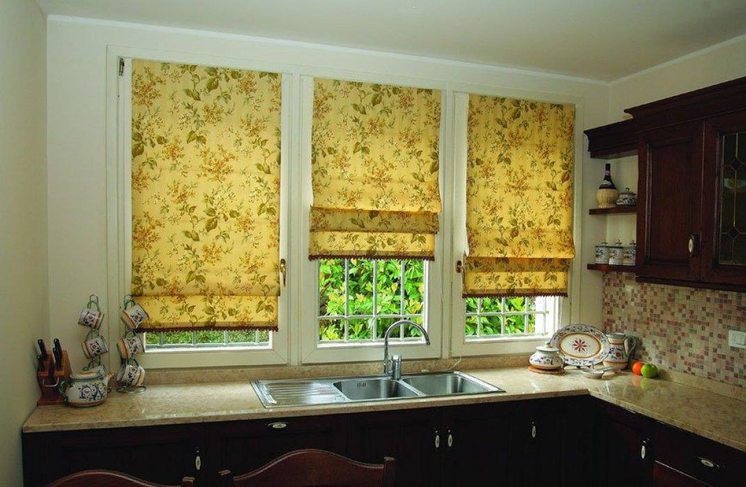 Цветочные жалюзи-шторы на кухне