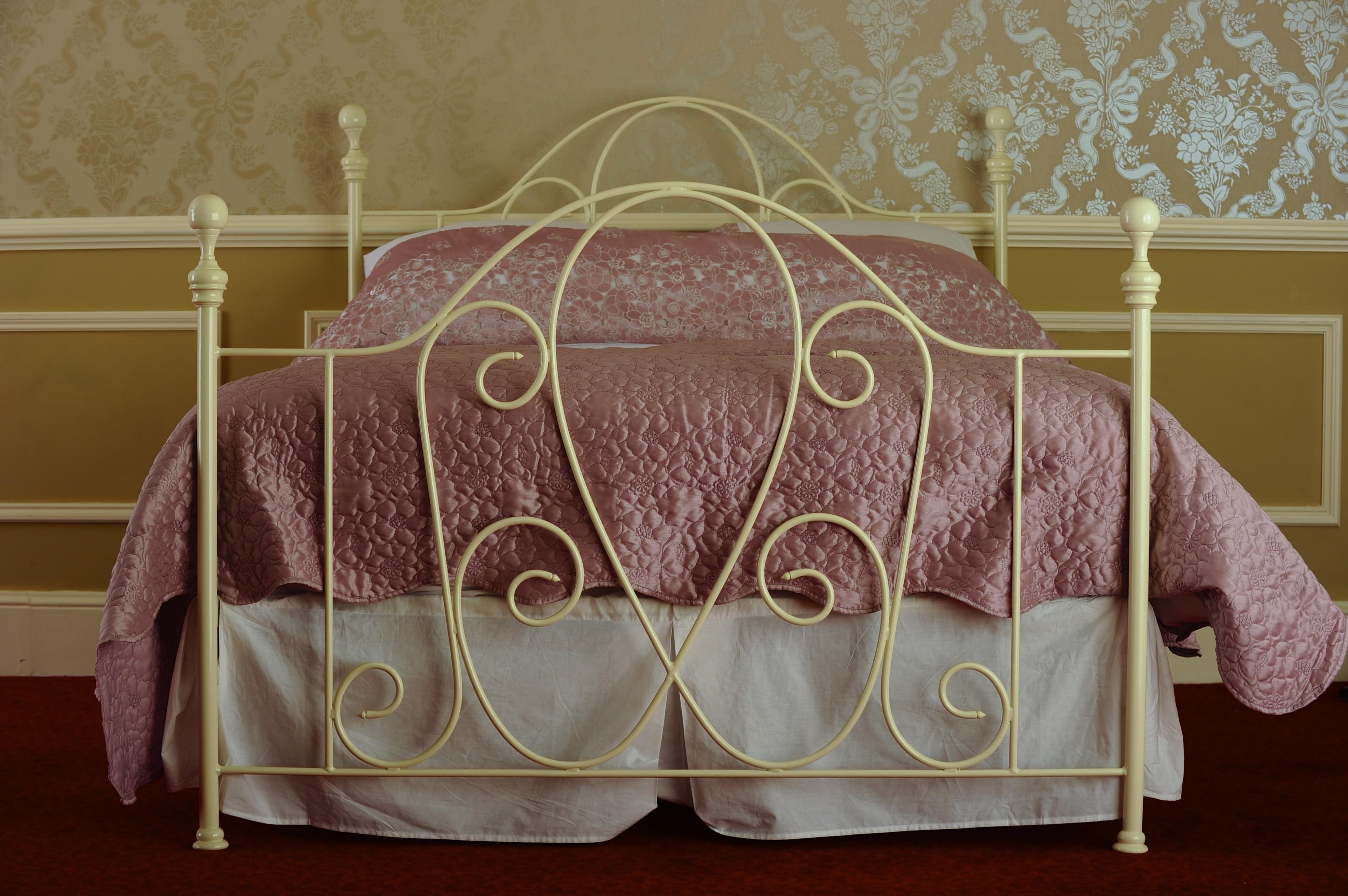 Железная кованая кровать