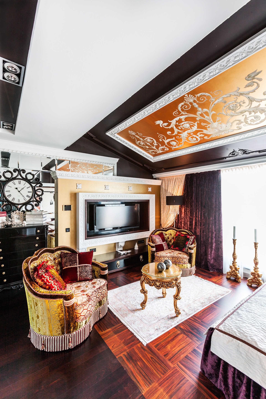 Черный, белый и золотой цвета в интерьере гостиной