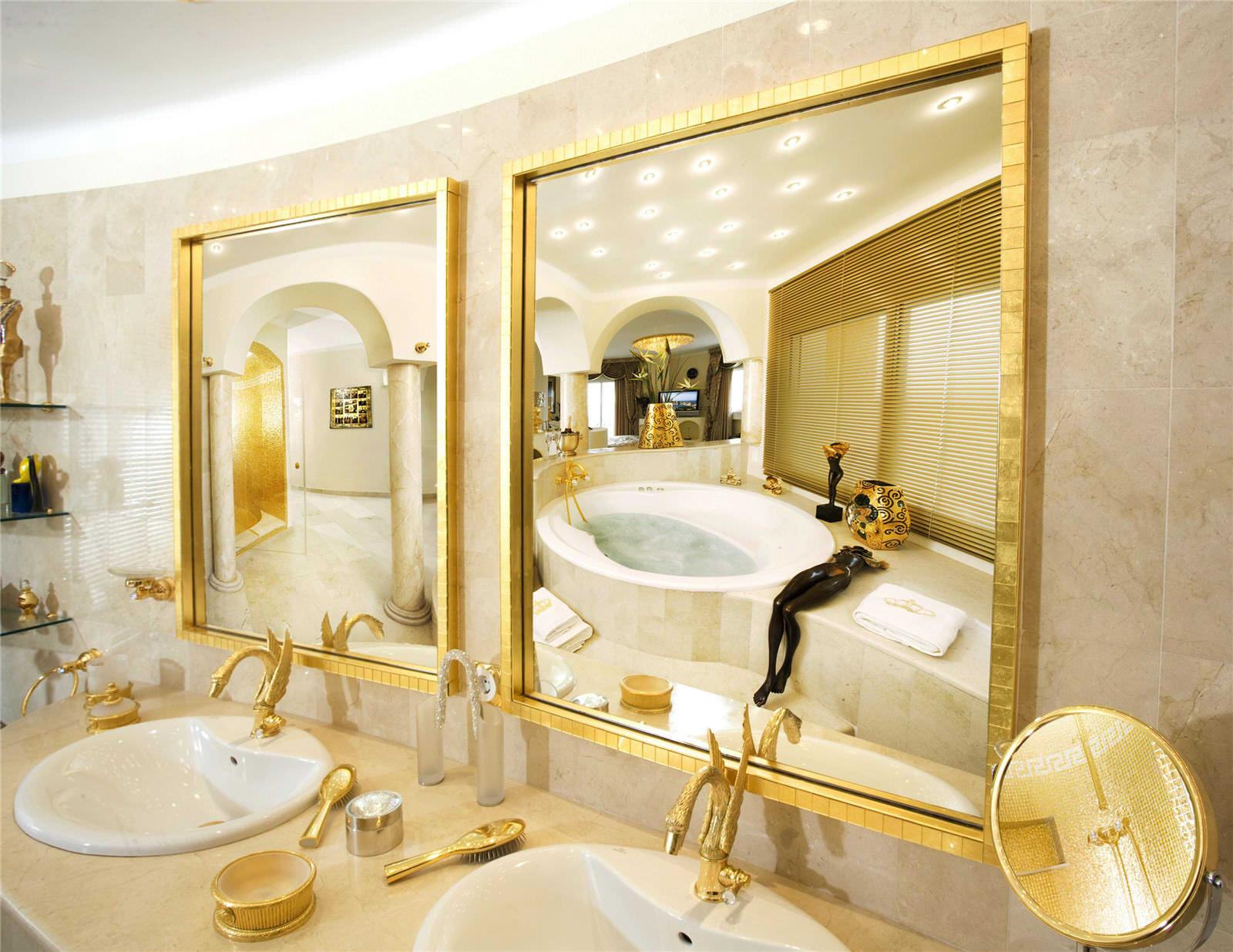 Золотистые детали интерьера ванной