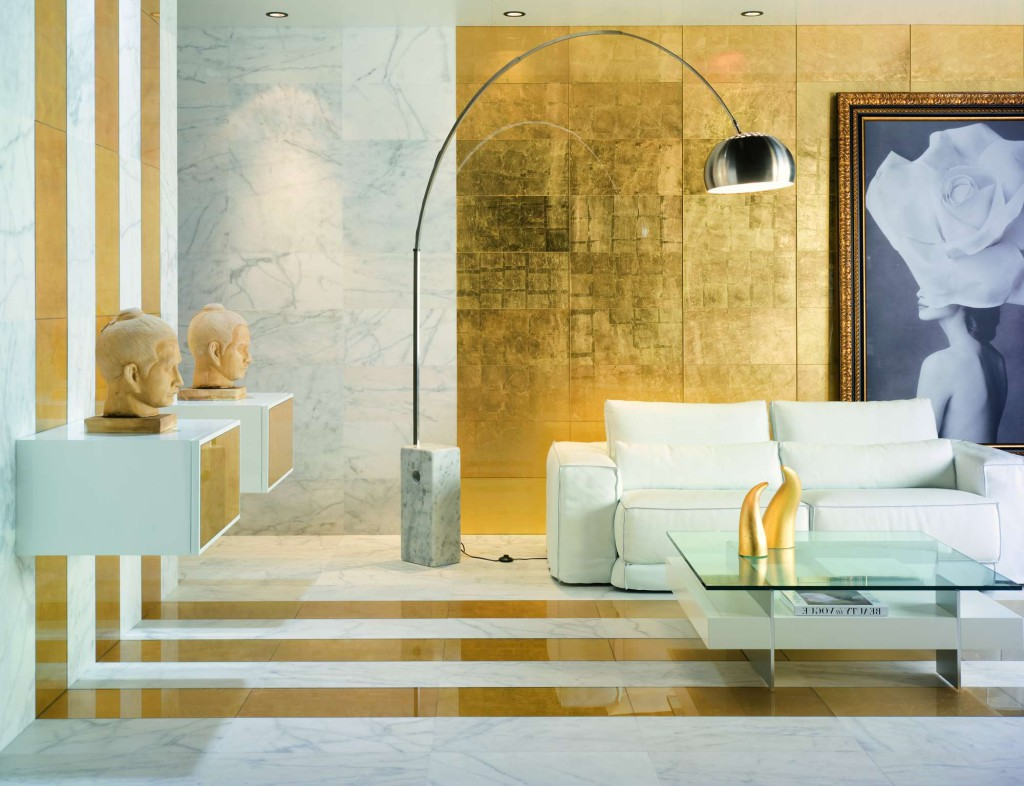 Бело-золотой интерьер в гостиной