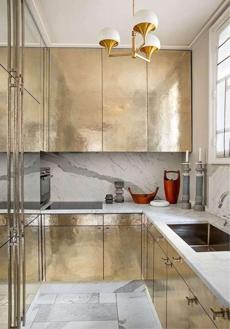 Золотой фасад на кухне в стиле минимализм
