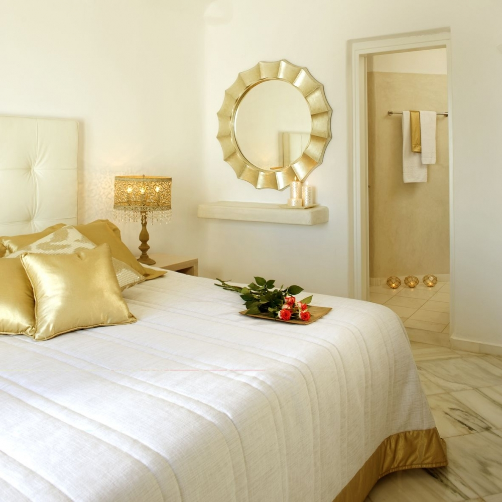 Бело-золотая спальня
