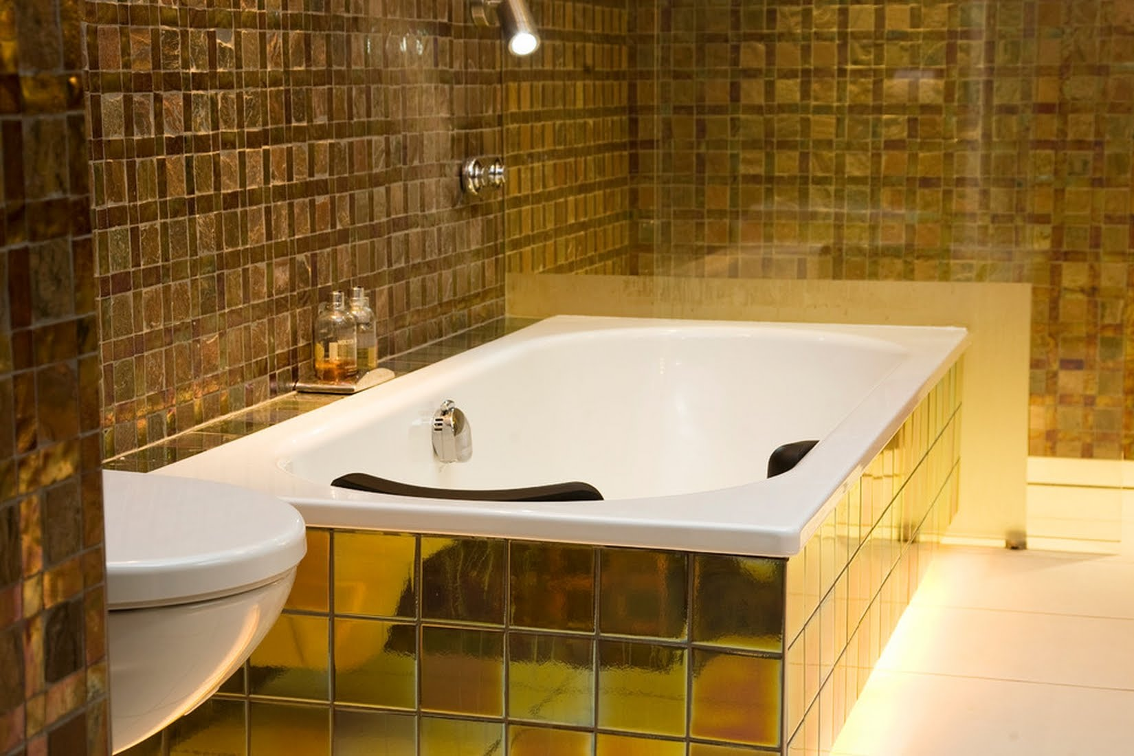 Золотистая плитка в ванной