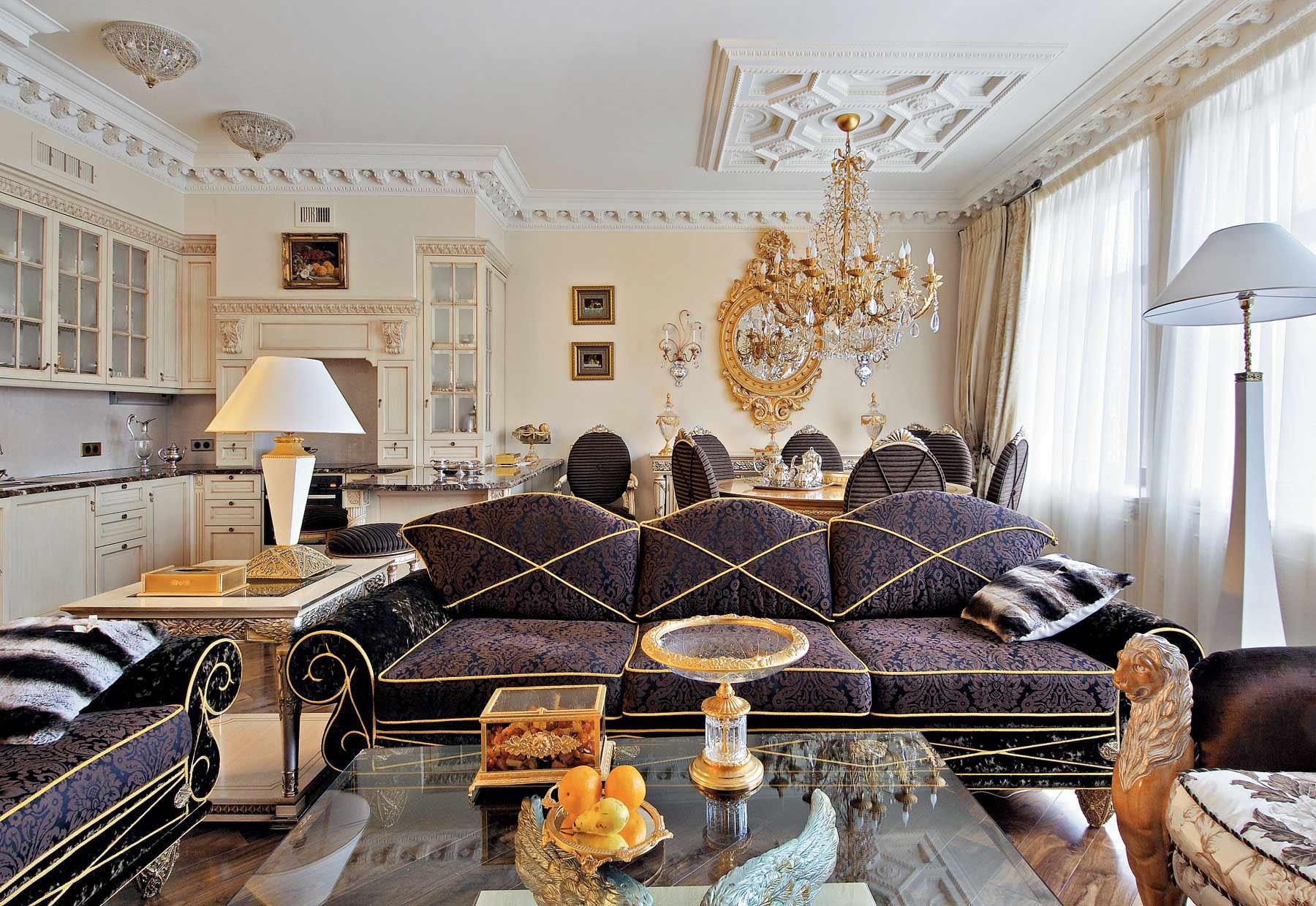 Совмещенная столовая и гостиная в стиле эклектика с золотыми акцентами