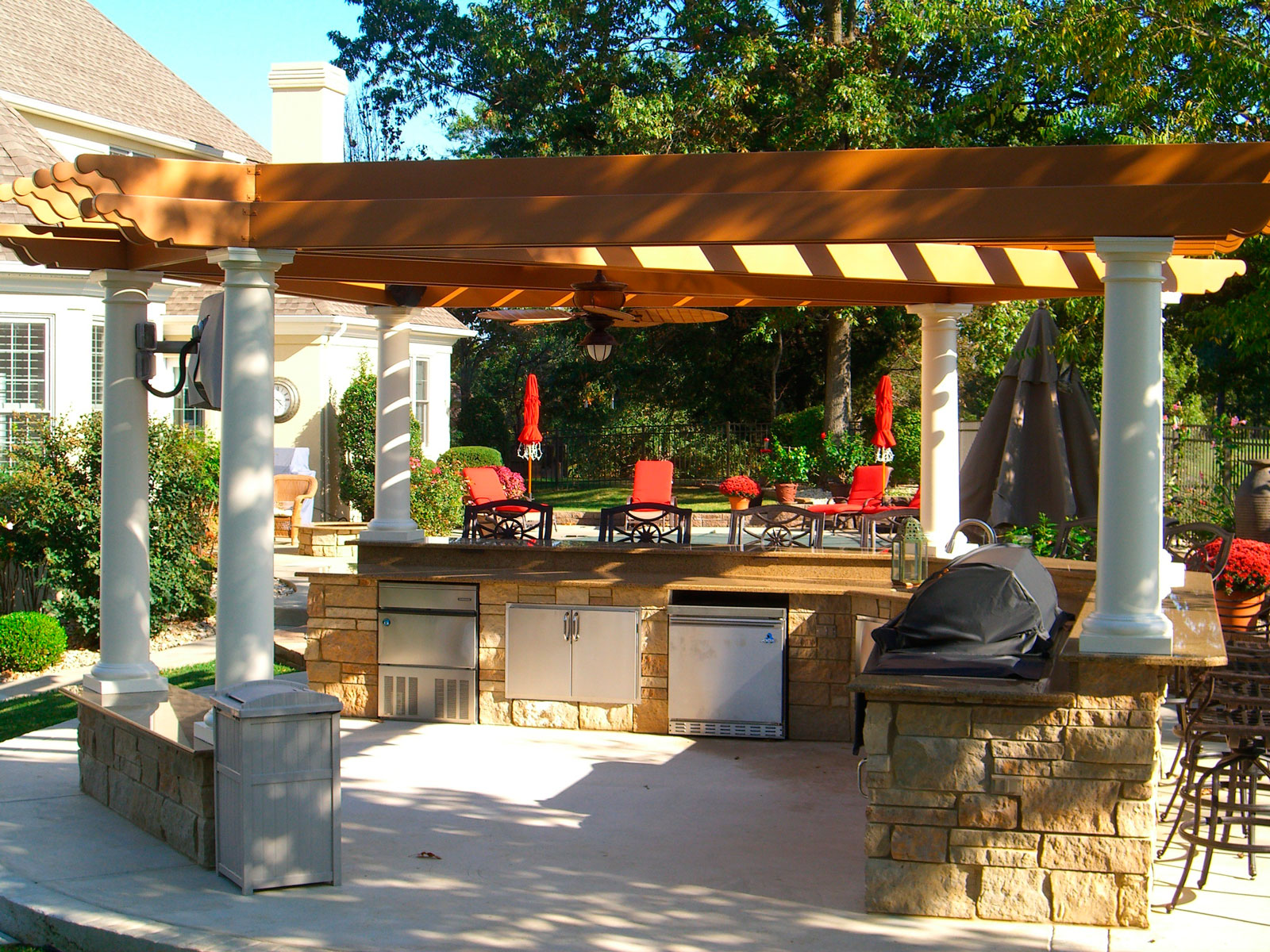 Летняя кухня с барбекю на участке