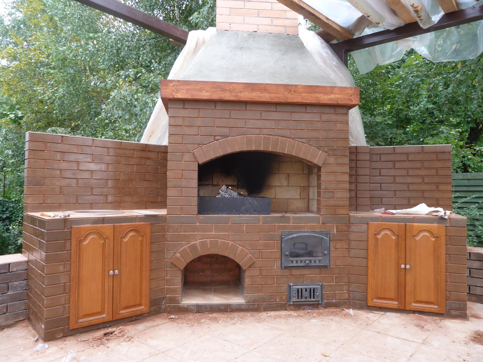 Вместительная печь барбекю из кирпича