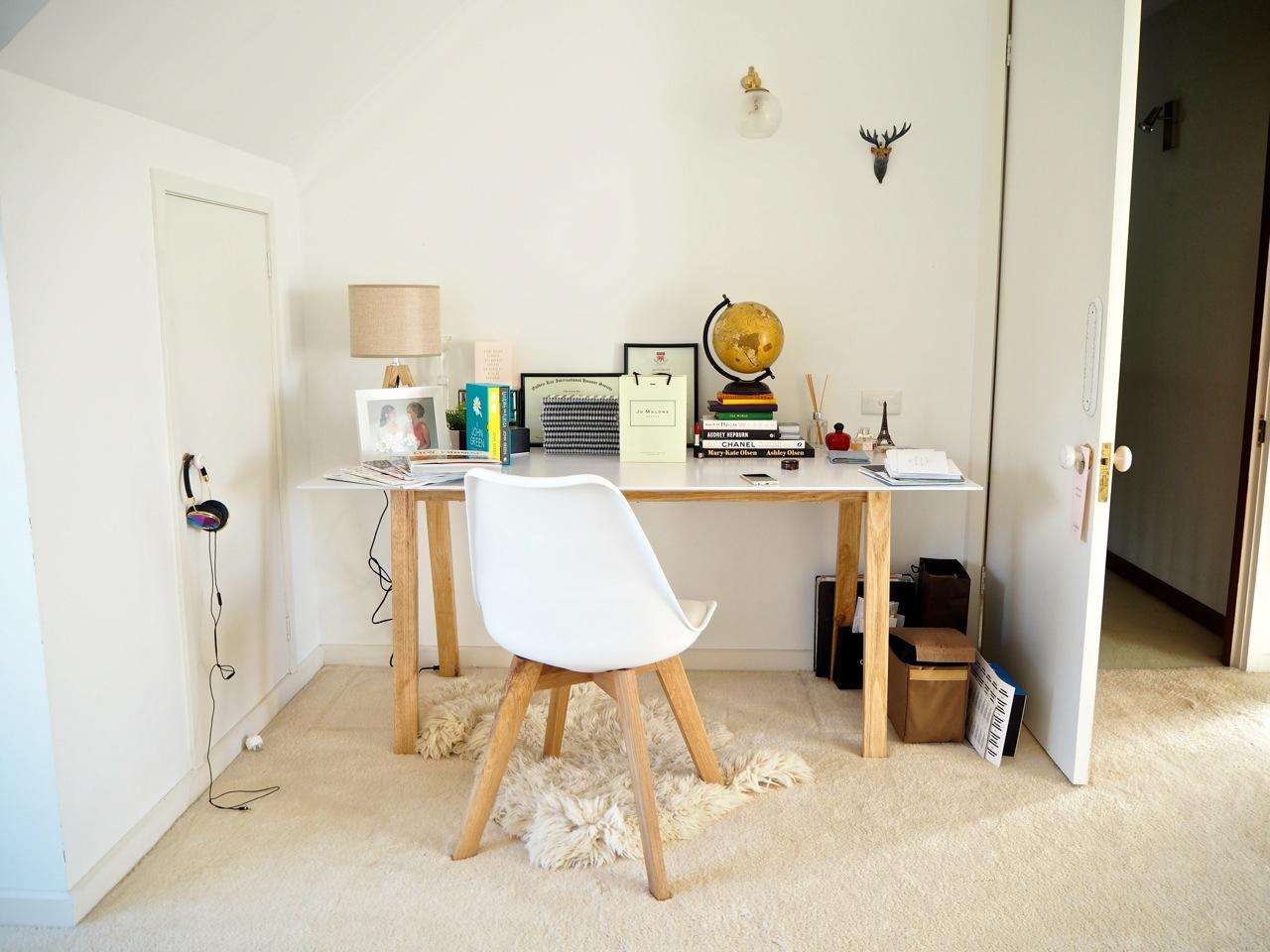 Рабочая зона в спальне