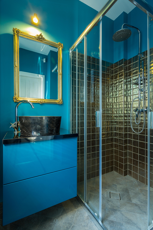 Маленькая ванная в синих и черных тонах