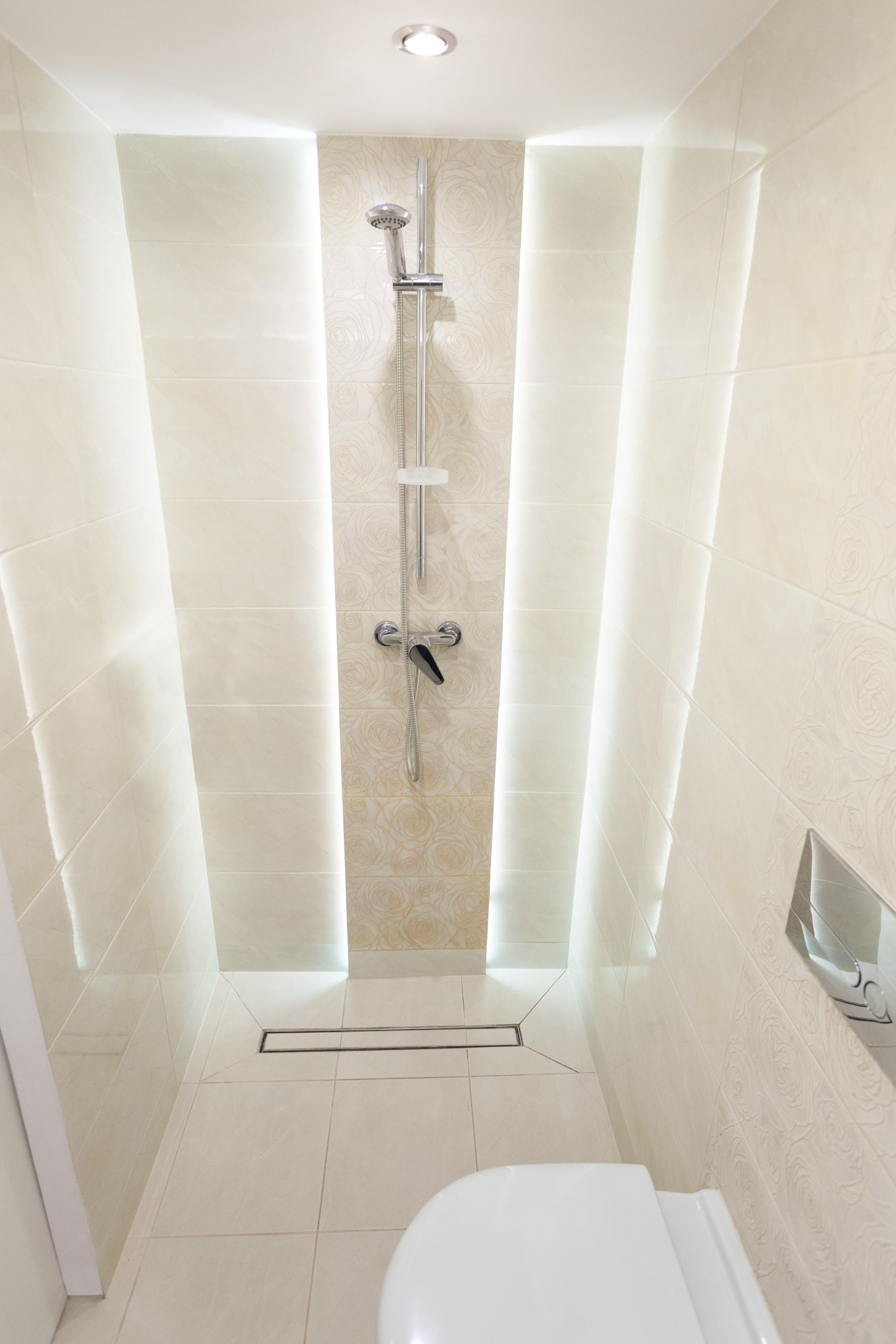 Дизайн белой маленькой ванной