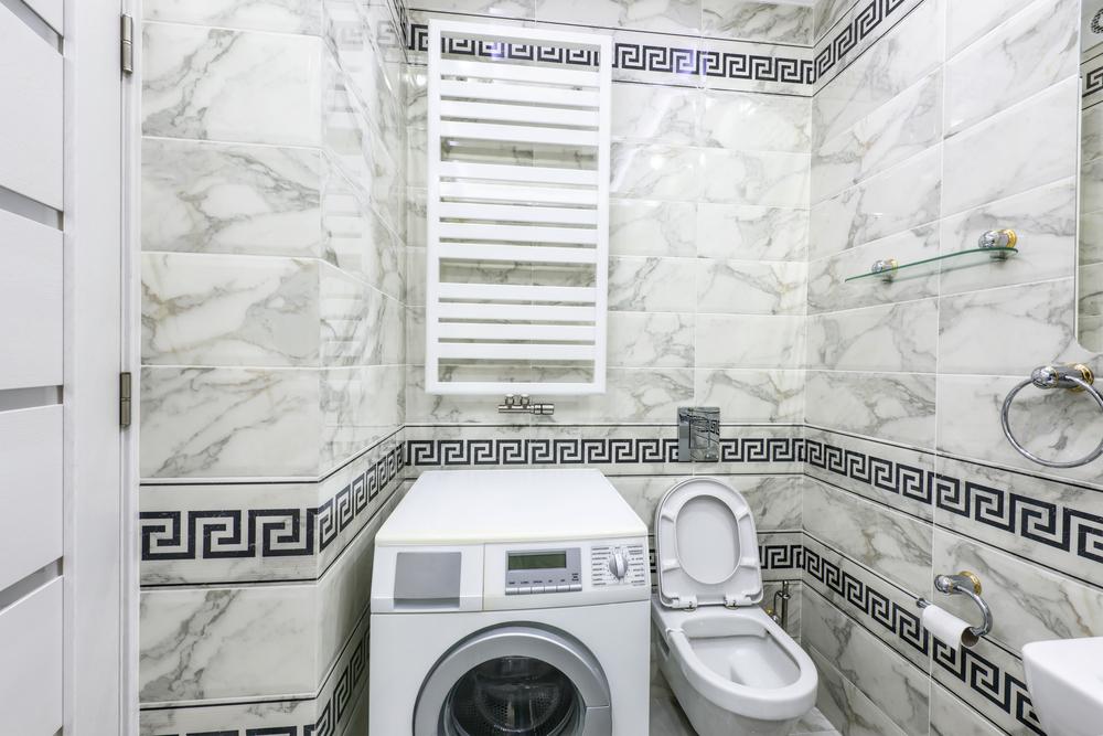 Плитка под мрамор в маленькой ванной