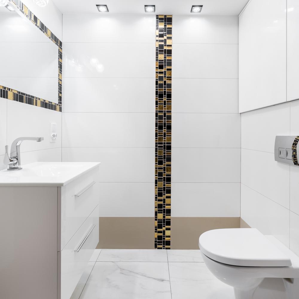 Белая маленькая ванная с душем