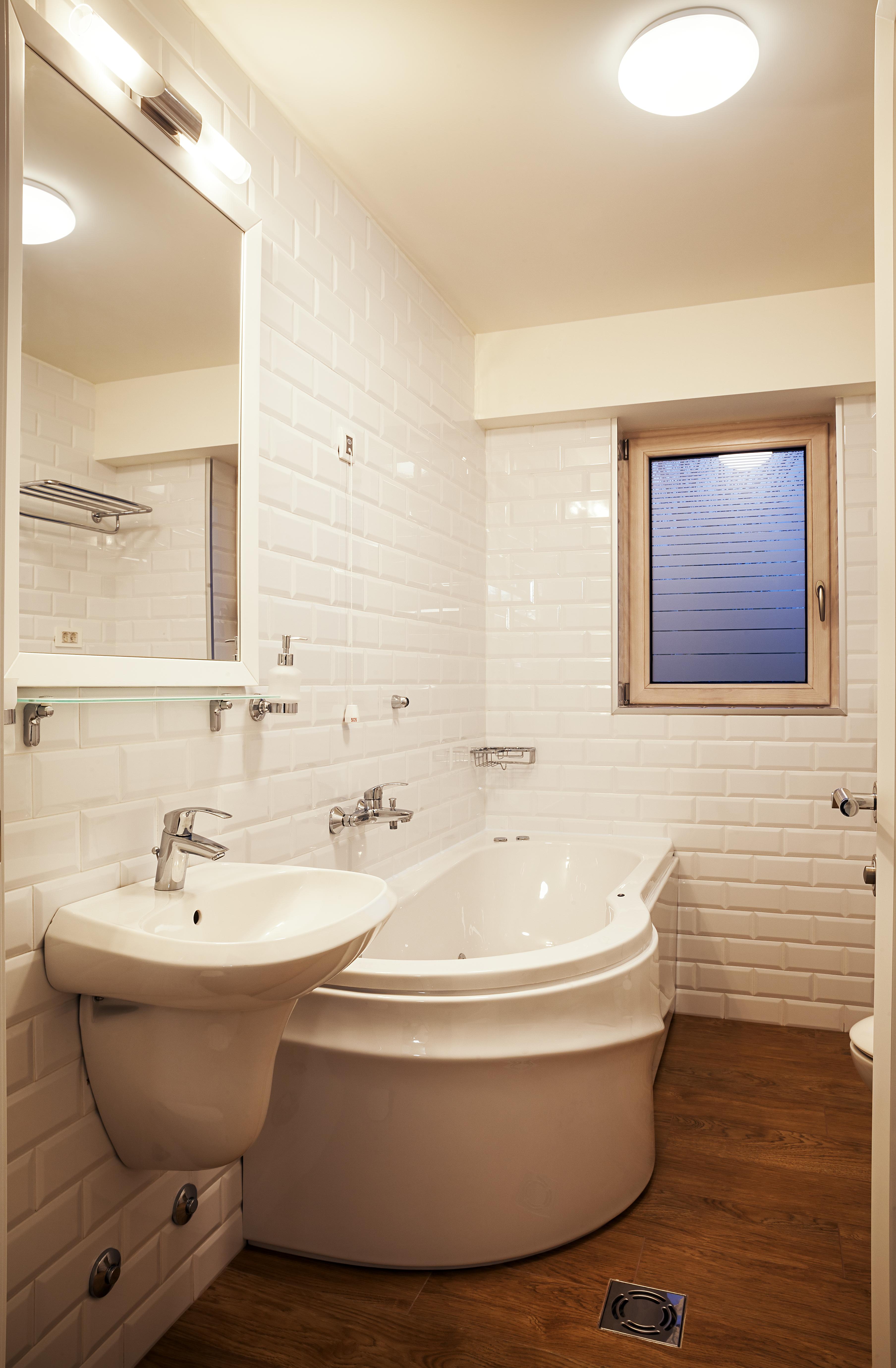Стены в маленькой ванной под кирпич