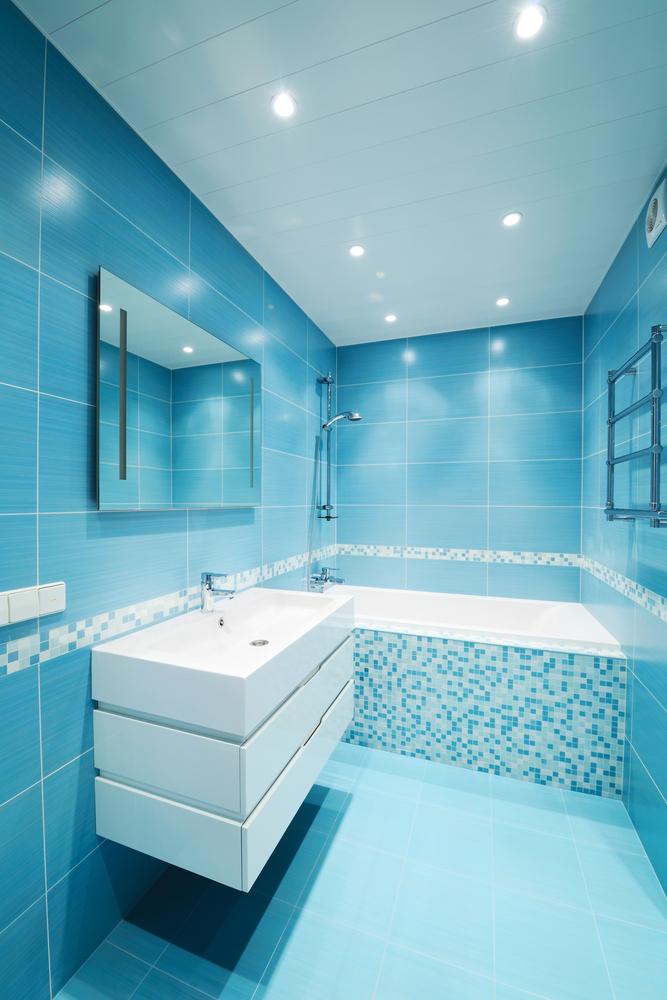 Маленькая ванная в голубых тонах