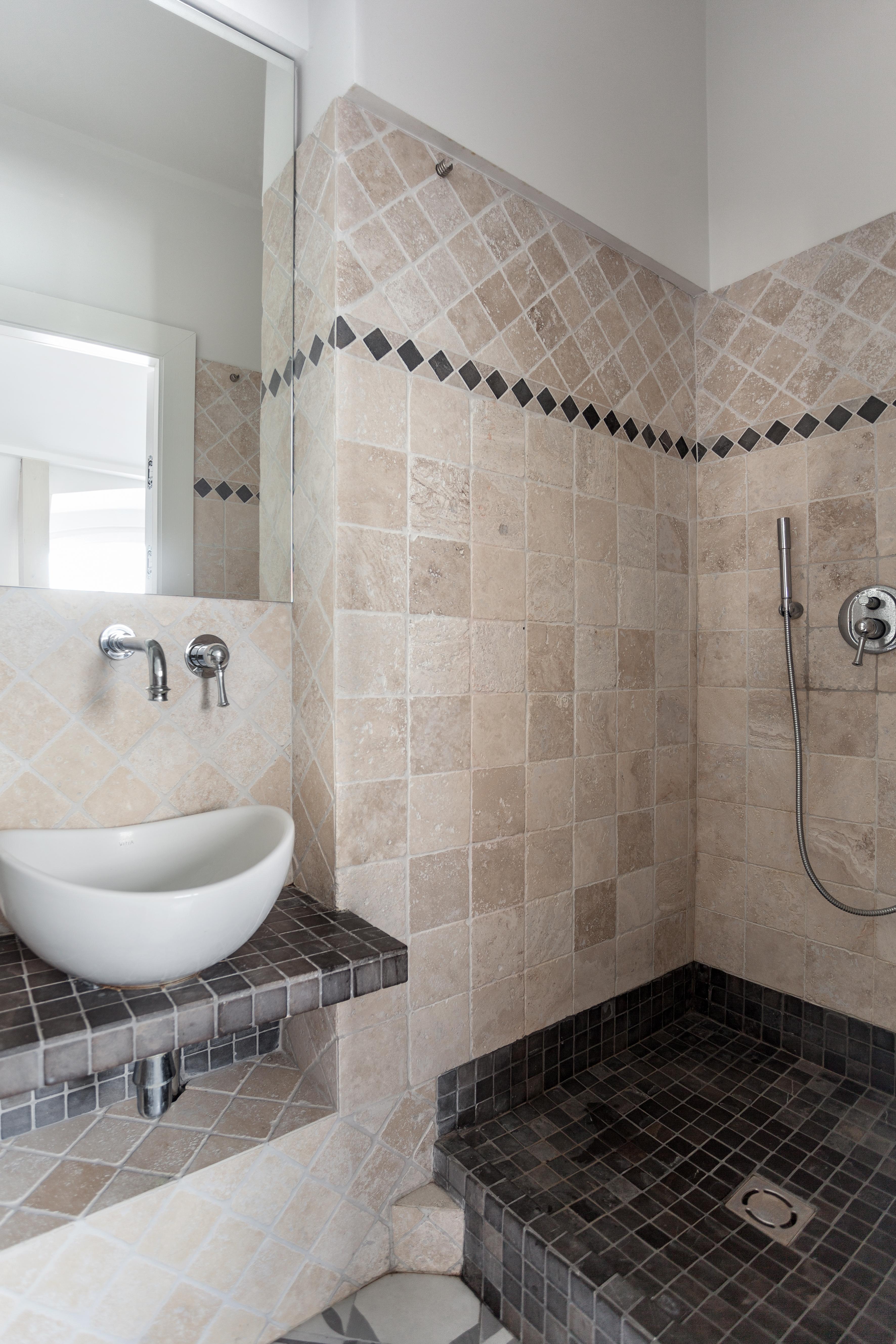 Бежевая маленькая ванная комната