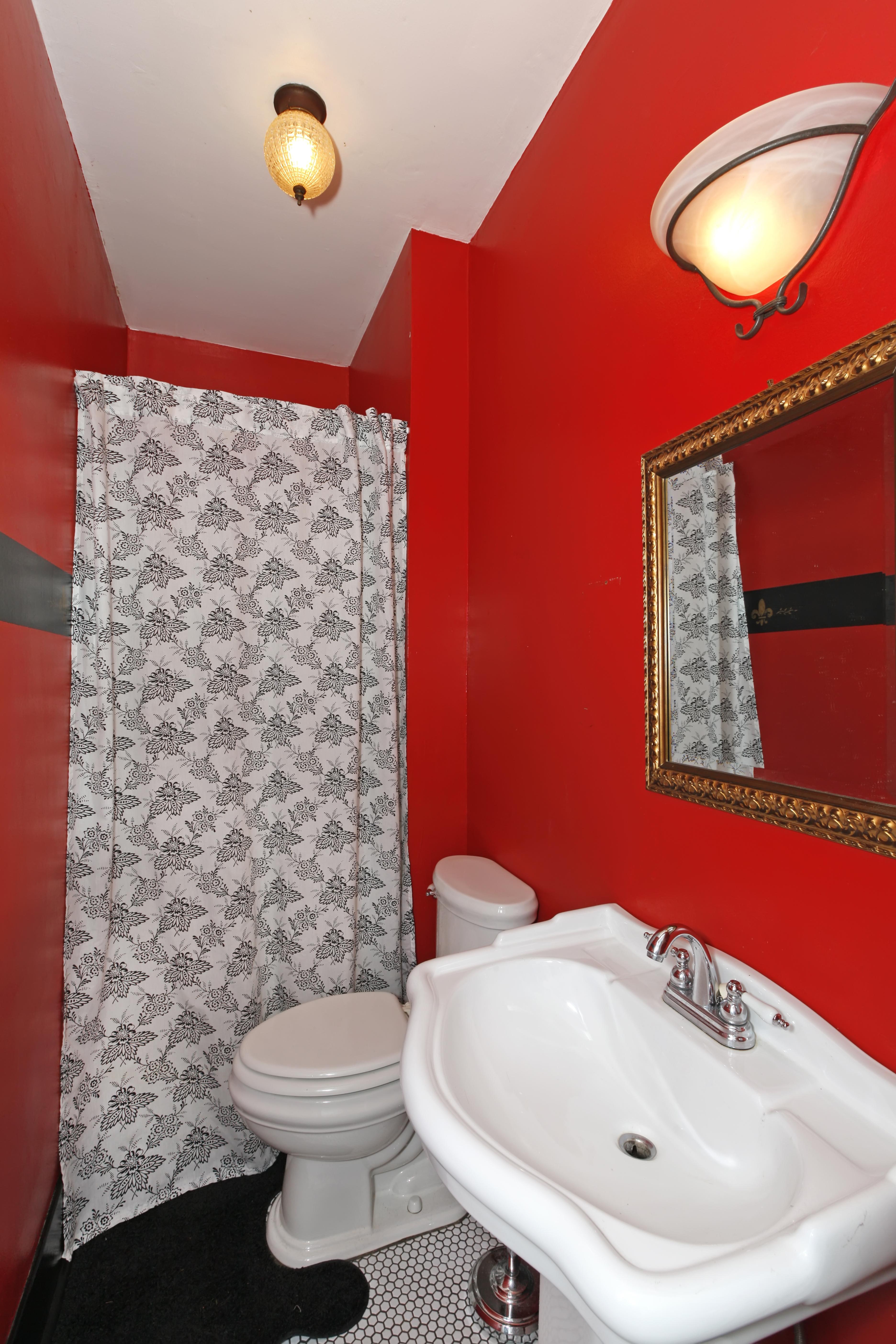 Красная ванная с душевой