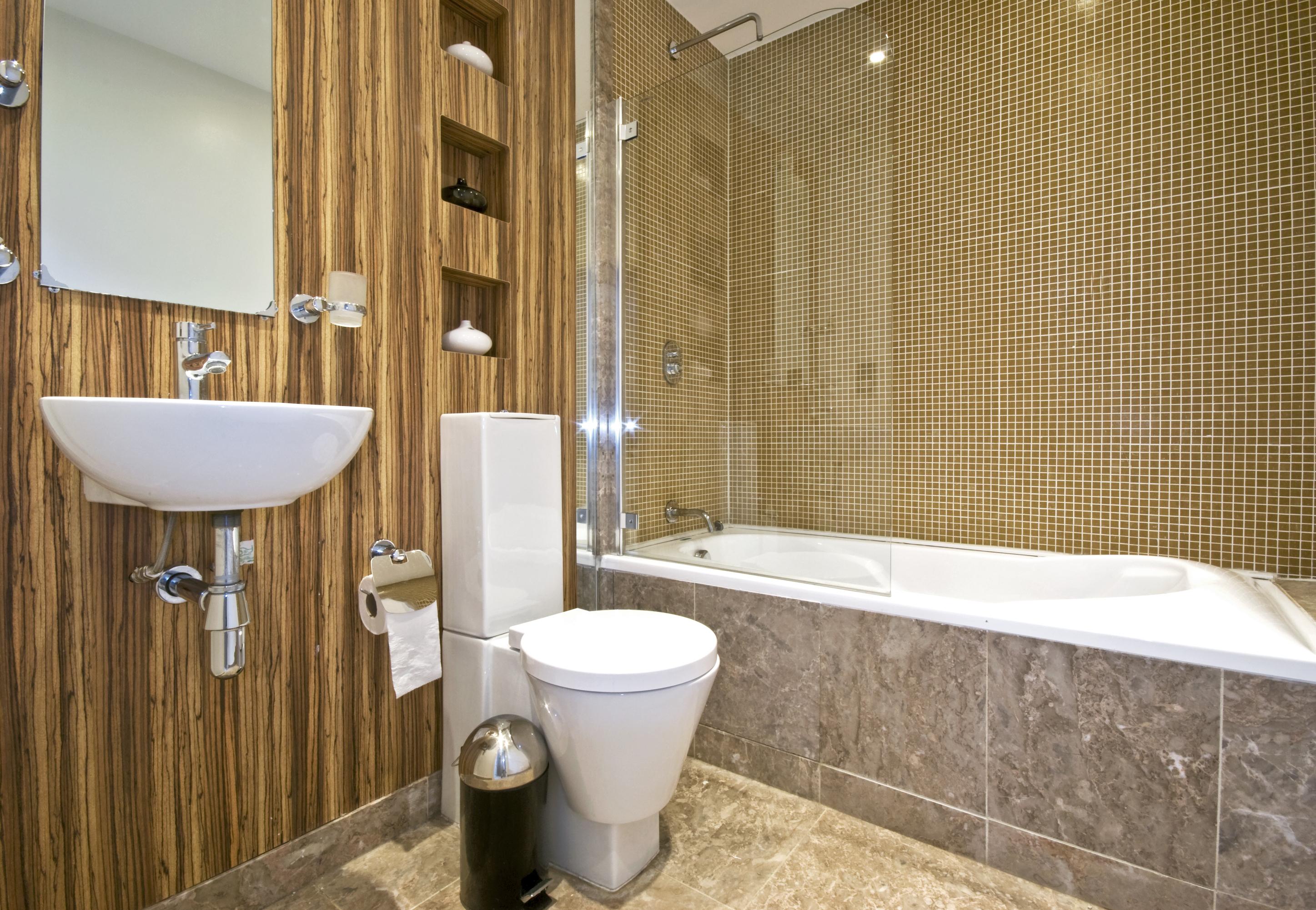 Интерьер маленькой ванной в коричневых тонах