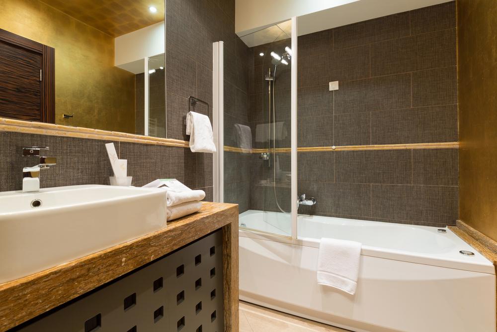 Ванная комната в темно коричневых тонах