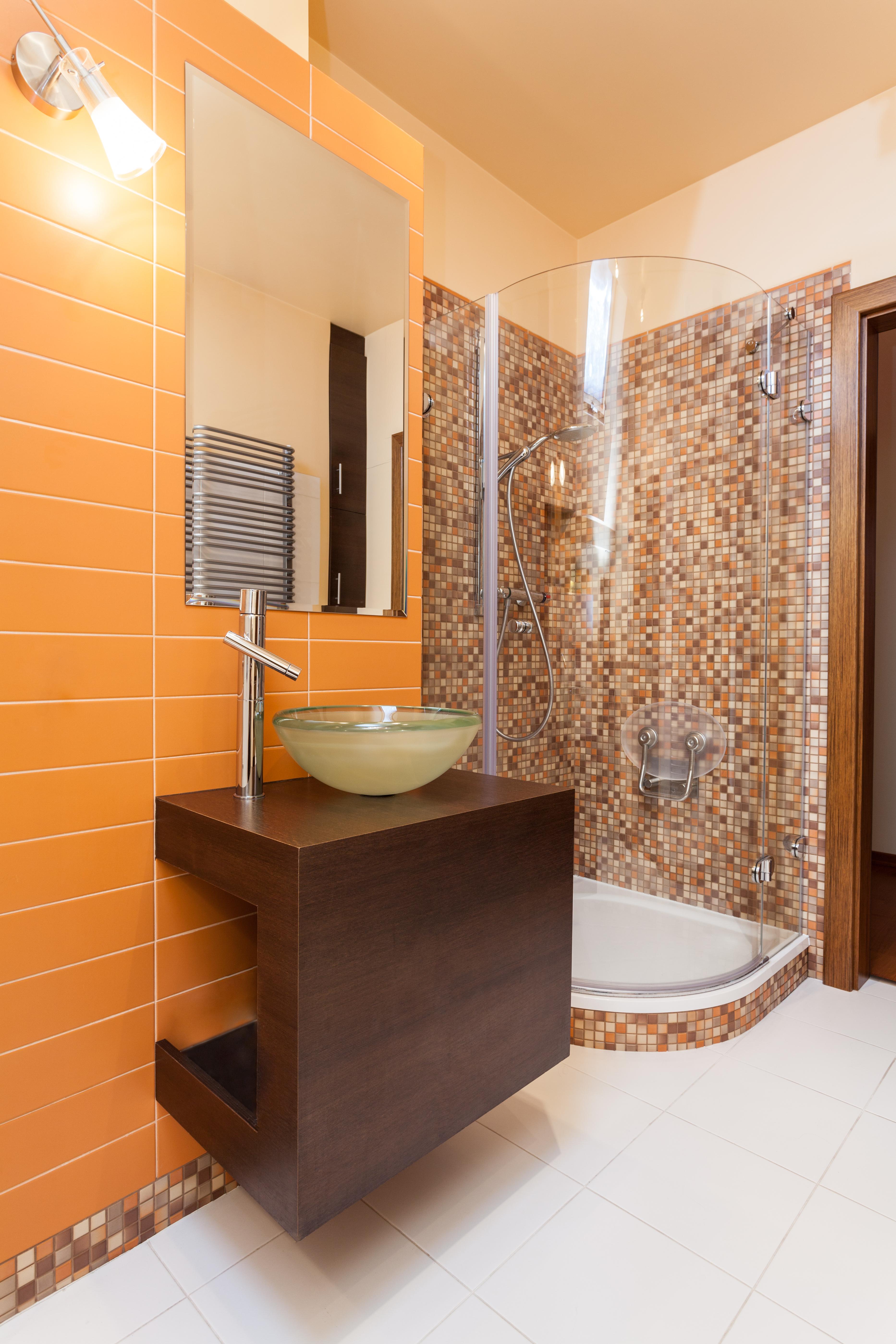 Оранжева ванная с душем