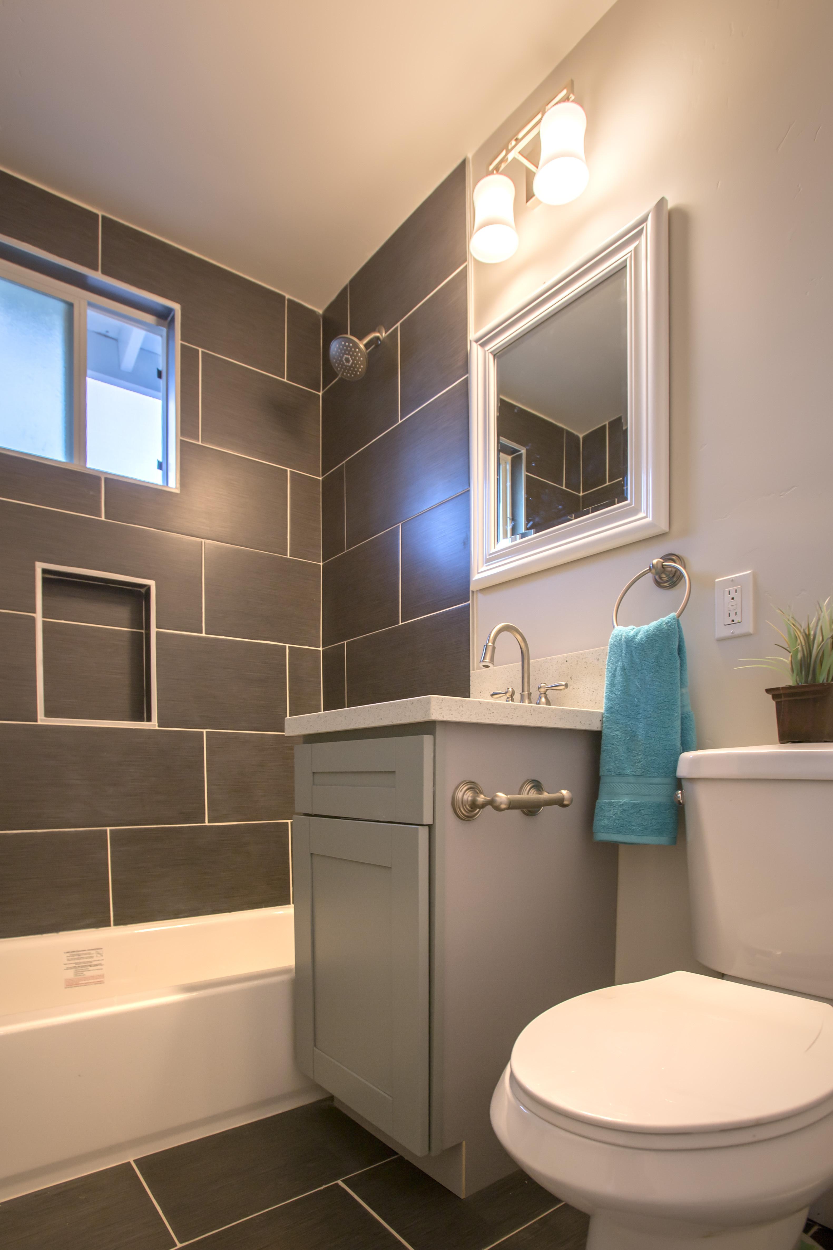 Интерьер маленькой ванной с окном