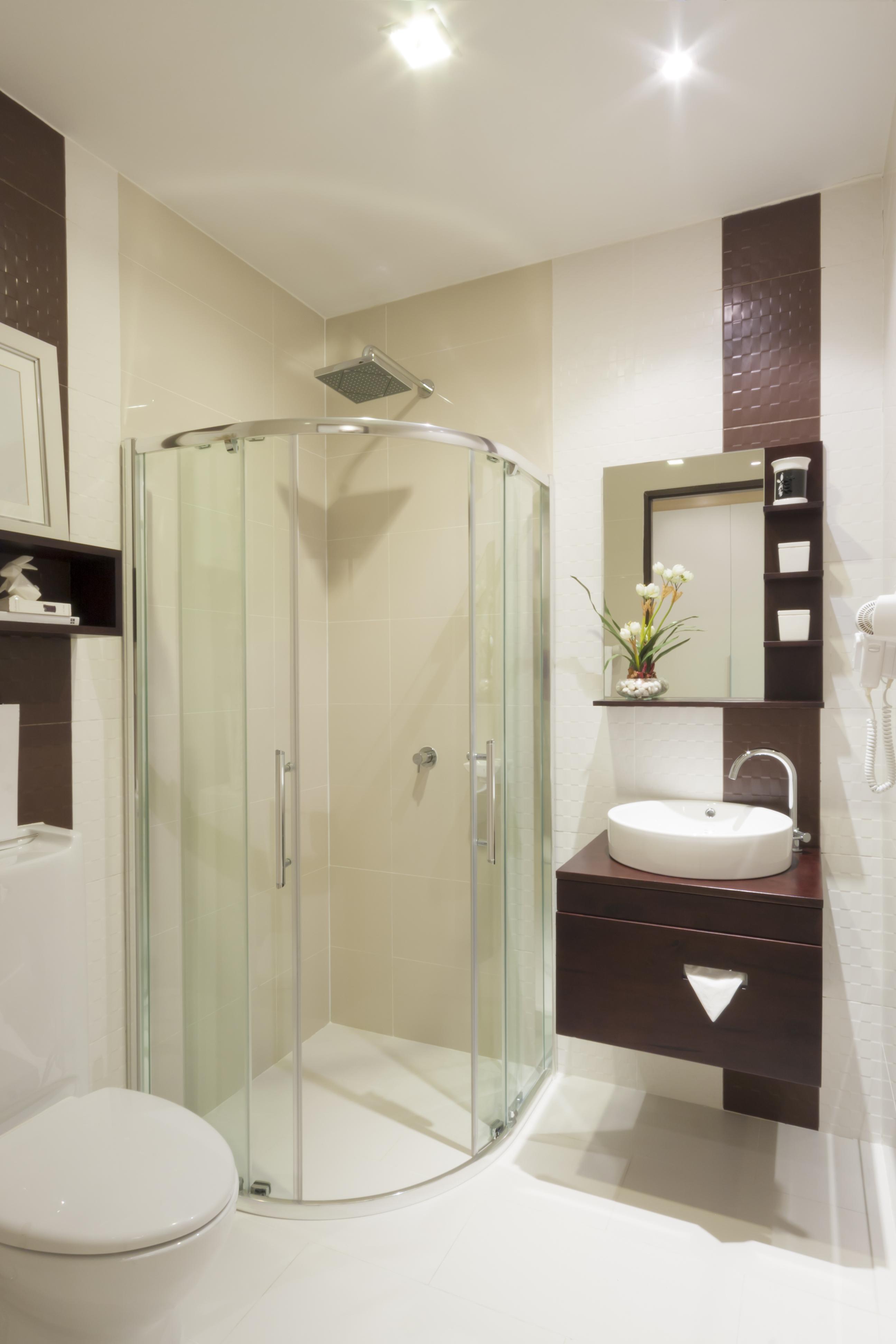 Ванная в стиле модерн с душевой