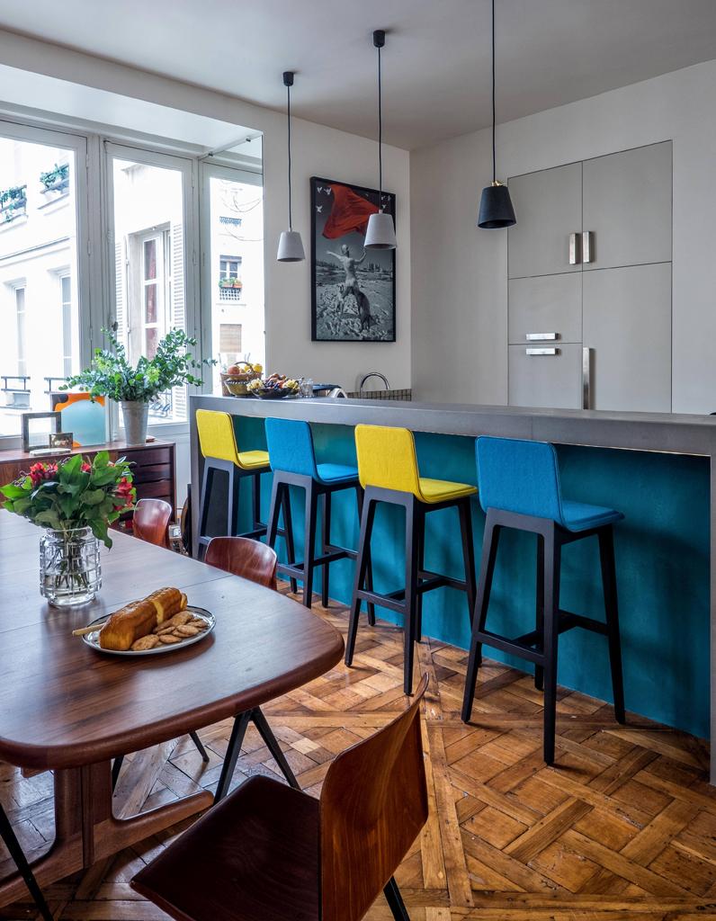 Кухня в голубых тонах с барной стойкой
