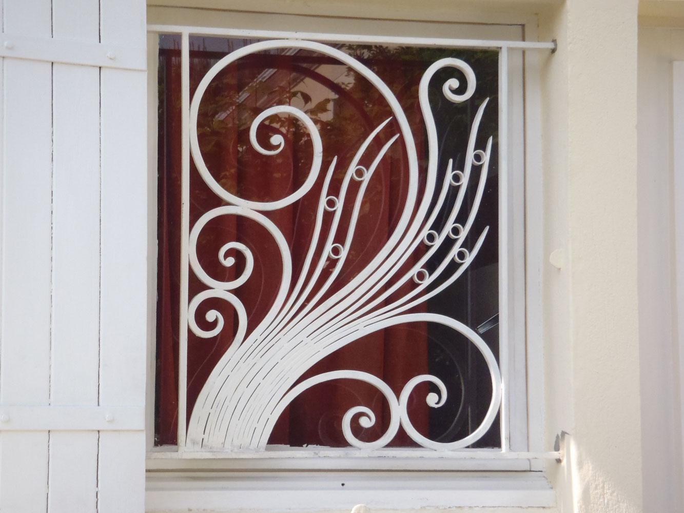 Белая решетка на окно