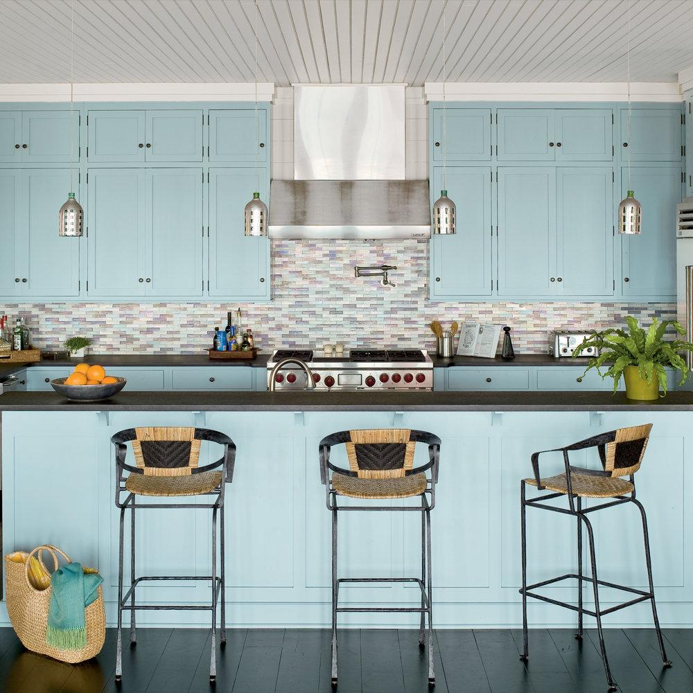 Кухня в голубых тонах большая