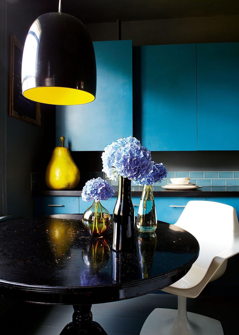 Кухня в черно-голубых тонах
