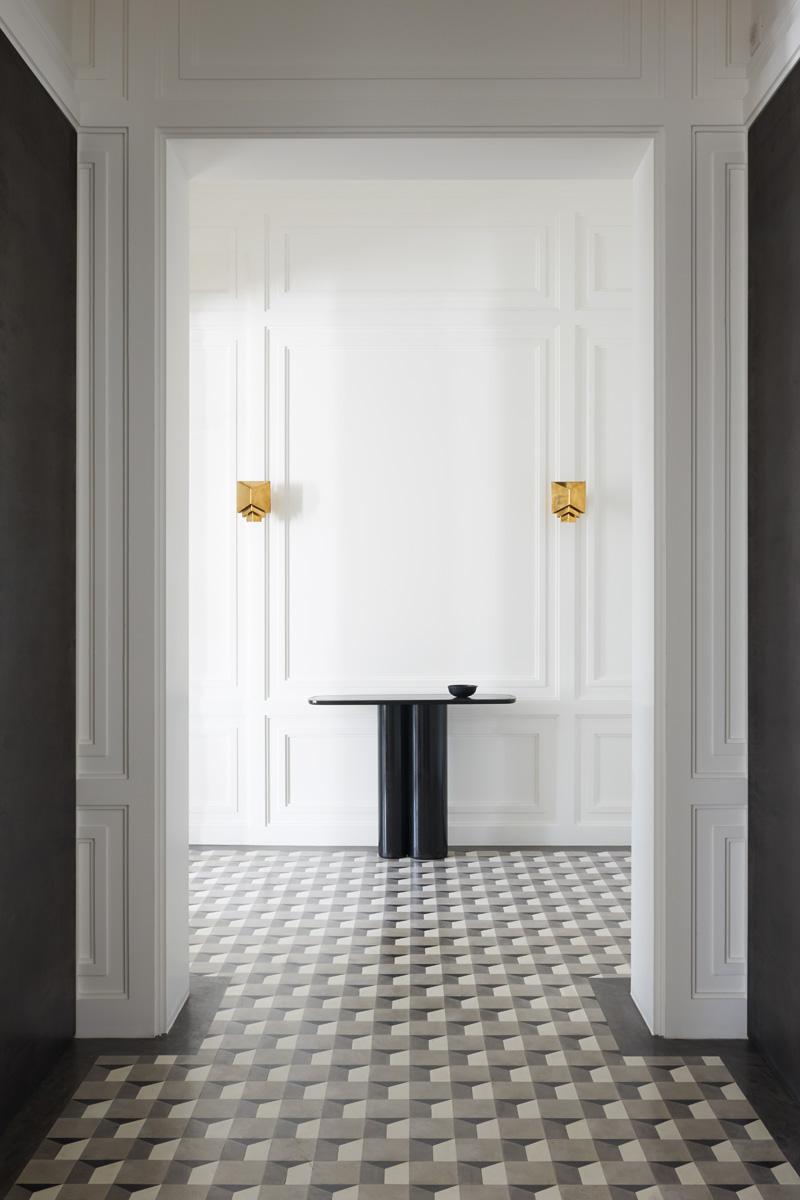 Золотистые акценты в черно-белом коридоре