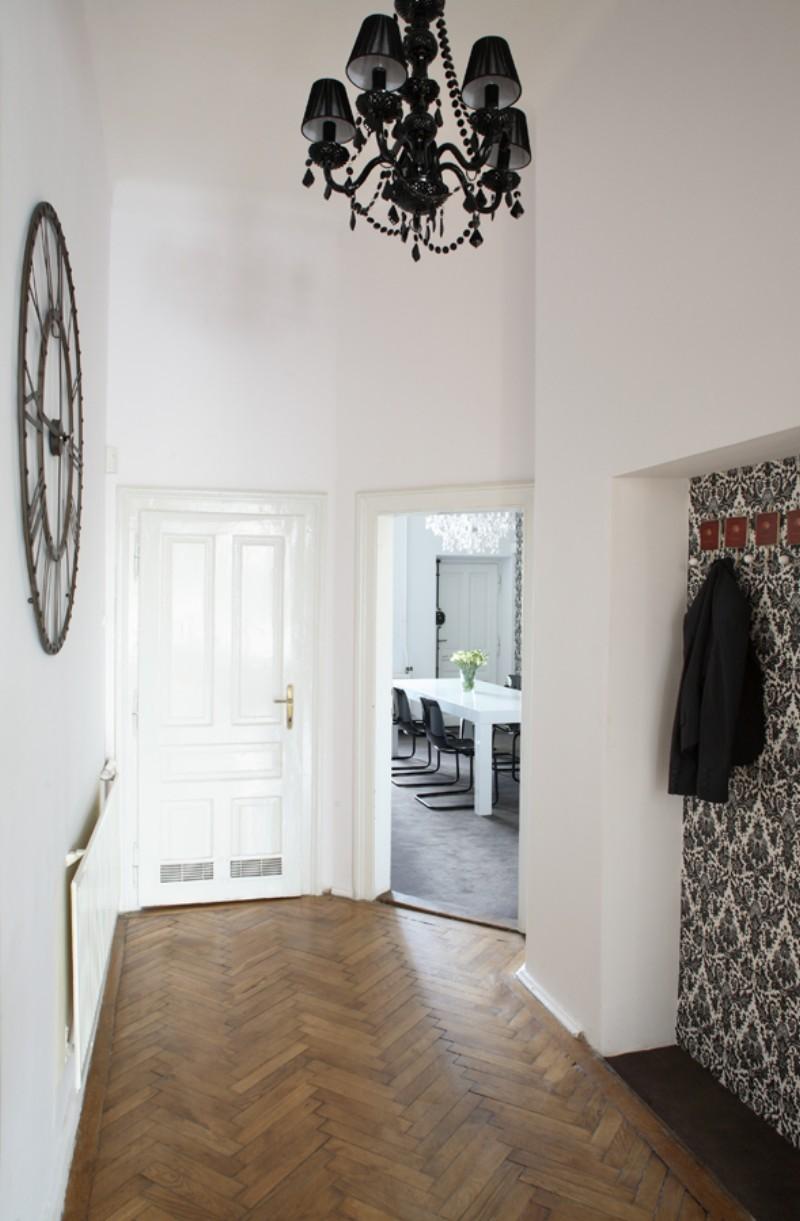 Черная люстра и черно-белая стена в прихожей