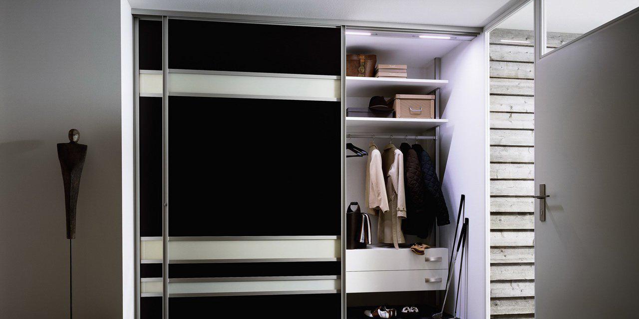Шкаф-купе в черно-белой прихожей