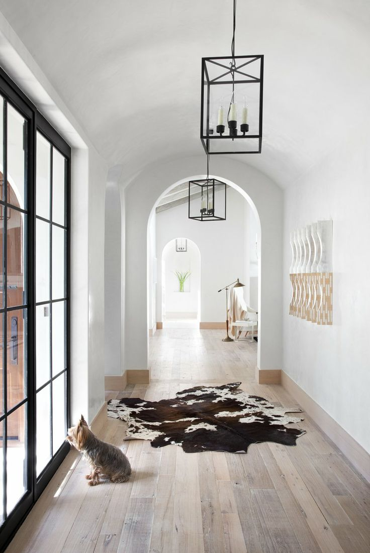 Черно-белый коридор с бежевым полом