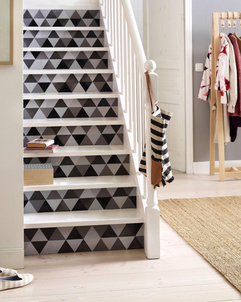 Черно-белая лестница в прихожей