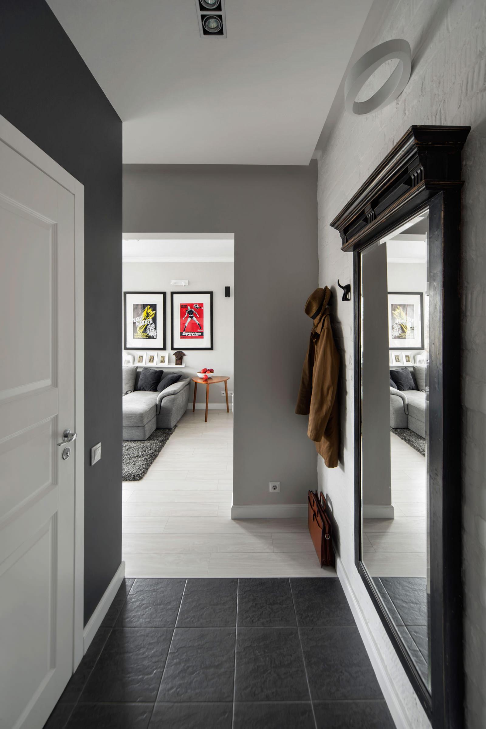 Черная плитка в прихожей и белый паркет в гостиной