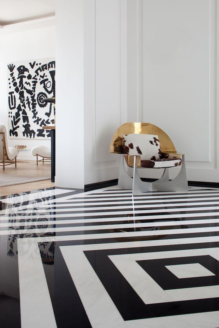 Необычный черно-белый пол в прихожей в стиле модерн