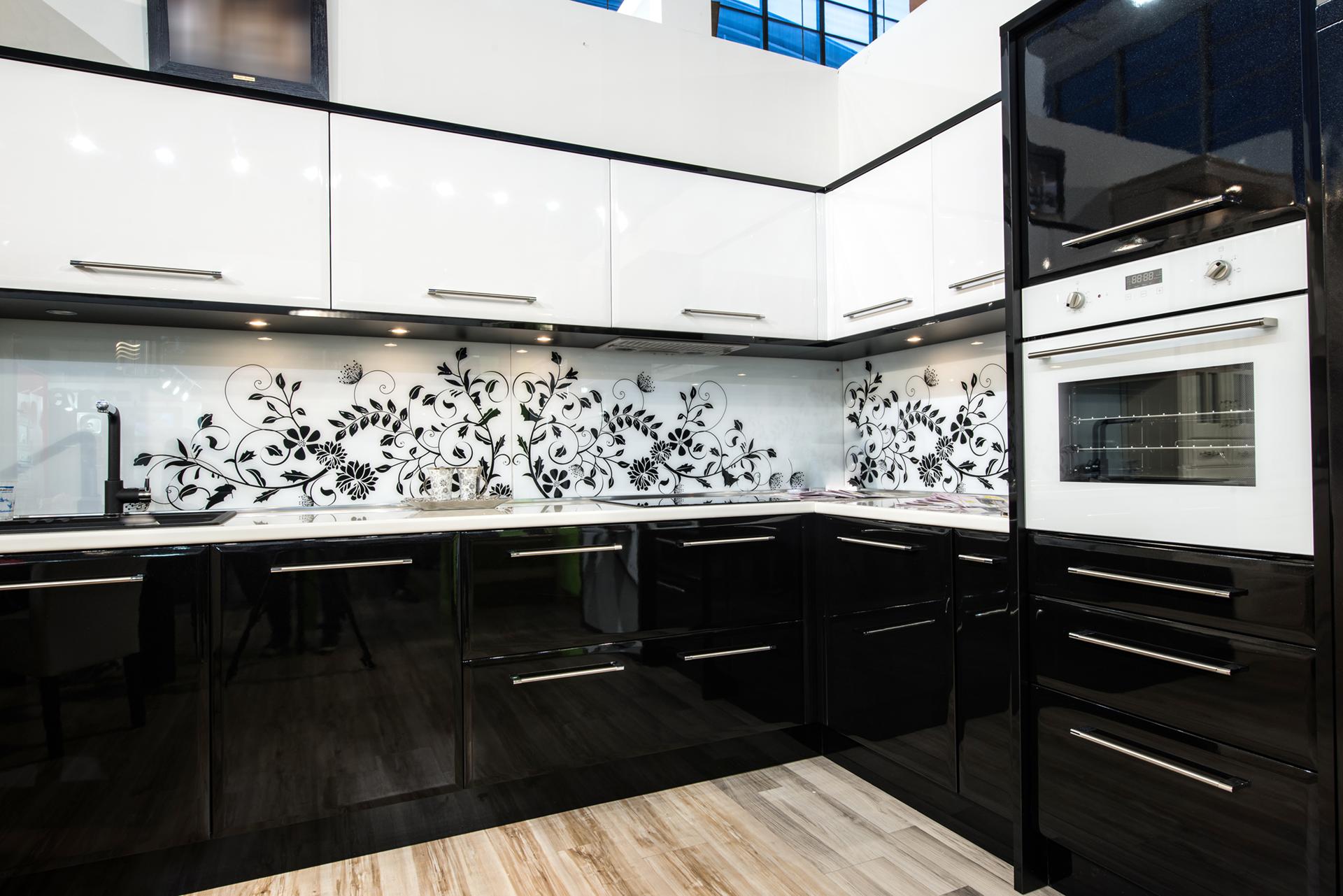 Фартук с узорами на черно-белой кухне